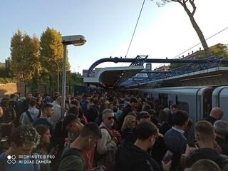 Trenino Roma - Ostia da incubo: treni soppressi, banchine stracolme, rissa sfiorata