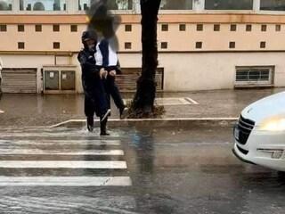 Strade allagate a Nettuno, vigile prende in braccio i bimbi e li fa attraversare per andare a scuola