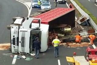 Camion si ribalta sulla A1 tra Ferentino e Frosinone: traffico in tilt e lunghe code
