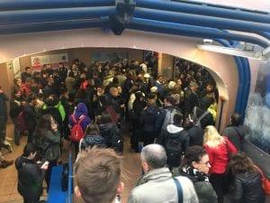 Una delle stazioni della Roma–Lido piena di pendolari e studenti