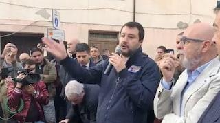 """Salvini a Civitavecchia, contestatori cantano Bella Ciao: """"Ormai sinistra si attacca ai merluzzi"""""""