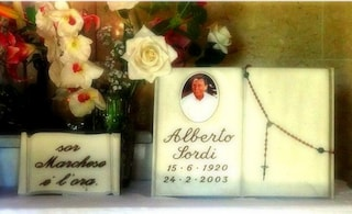 """L'epitaffio sulla tomba di Alberto Sordi a Roma: """"Sor Marchese è l'ora"""""""
