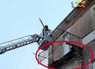 Crolla un balcone a Tolfa, l'edificio già evacuato da mesi