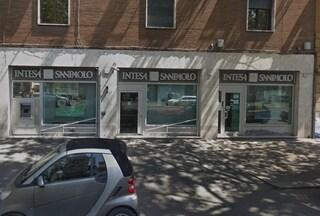 Rapina in banca a Trastevere: tre ladri sequestrano i dipendenti e scappano con 80mila euro