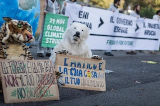 "Roma, attivisti Fridays For Future incatenati davanti Eni: ""Emergenza clima, basta gas e petrolio"""