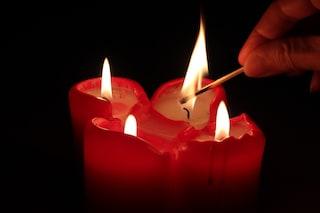 """Incendio a Ostia in via della Vittoria, salva anziana: """"Avevo acceso un cero per pregare"""""""