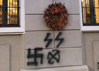 Milano, comparsa svastica e scritta SS sotto la corona per un deportato nel campo di concentramento