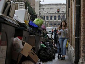 Rifiuti al centro di Roma (Foto La Presse)