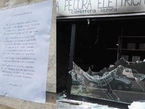 Il volantino attaccato dai proprietari vicino a quel che resta de 'La Pecora Elettrica'