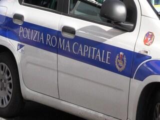 Vigili fanno sesso nell'automobile di servizio davanti al campo rom, ma dimenticano la radio accesa