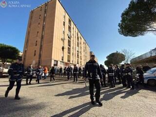 "San Basilio, 200 agenti censiscono abitanti case popolari. Residenti: ""Rastrellamento dei poveri"""