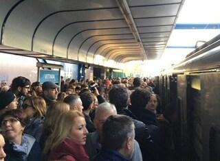 Treno rotto sulla Roma-Lido: passeggeri invadono i binari e bloccano la tratta