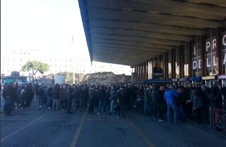 Sciopero dei taxi a Roma, caos alla stazione Termini: in città non si trovano corse