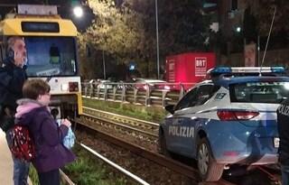 Una volante della polizia è rimasta incastrata sui binari del trenino a Torpignattara