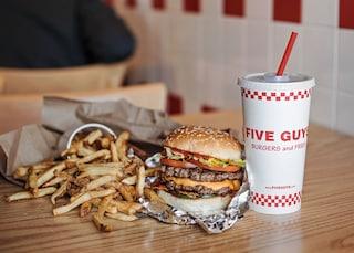 Five Guys, il leggendario fast food americano apre a Roma: la festa d'inaugurazione