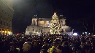 """Roma, acceso Spelacchio: migliaia in piazza. Raggi: """"È l'albero di Natale più famoso del mondo"""""""