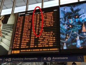 Il tabellone alla Stazione Termini con ritardi per quanto riguarda i treni ad alta velocità