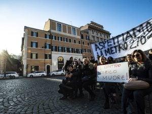 Sit in dei commercianti davanti alla Metro Barberini