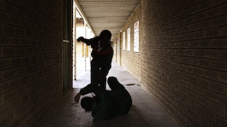Violenti pestaggi, furti e rapine: arrestati 2 giovani, telefoni delle vittime usati per spacciare