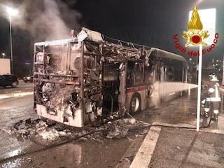 Bus in fiamme a Ponte di Nona: autista mette in salvo un passeggero