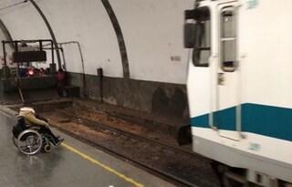Roma, disabile non riesce a salire sul treno con la sedia a rotelle e resta in stazione