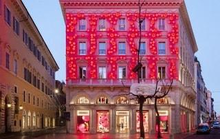 Fendi si accede con le luci di Natale: il brand d'alta moda illumina di rosso via del Corso