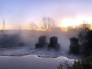 泡沫消失后的苦瓜酮蒸发了萨科河,水域充满了有毒物质