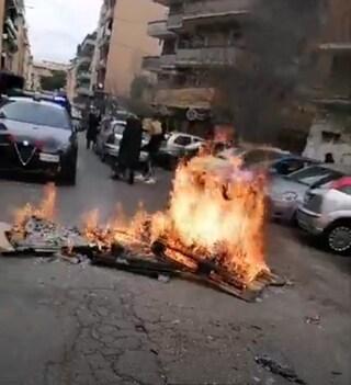 Barricate in fiamme a Casal Bruciato, protesta case popolari per termosifoni ancora rotti