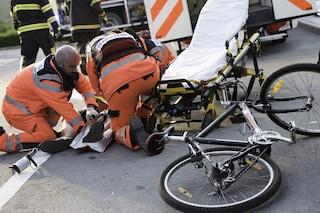 Sabaudia, ciclista preso in pieno da una Smart: portato d'urgenza in ospedale, è grave