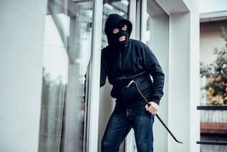 Roma, aggrediva le anziane sole in casa per gioielli e denaro: arrestato rapinatore seriale