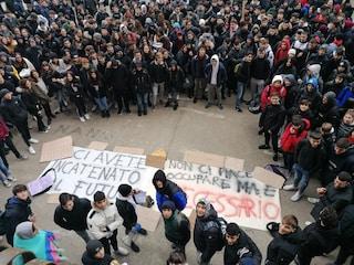 """Gli studenti dell'Archimede-Pacinotti scioperano: """"Muffa e infiltrazioni la scuola ci cade in testa"""""""