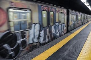 Metro Garbatella chiusa per cinque ore: vandali in stazione aprono gli estintori