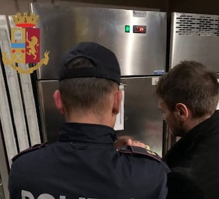 Blatte vive e morte sul pavimento, sporcizia ovunque: chiuso un ristorante di Roma