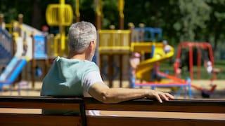 Cinquina, maniaco si denuda davanti bimbe al parco giochi: genitori chiamano la polizia, lui scappa