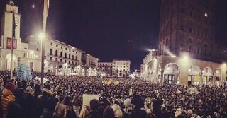 """Sardine, in migliaia al flash mob di Brescia: """"Siamo liberi e senza partiti"""""""