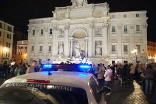 Roma, tenta di arrampicarsi sulla Fontana di Trevi: voleva emulare la scena di un film