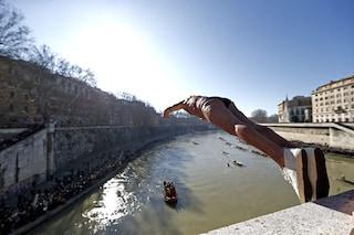 Capodanno 2020 a Roma, tradizione rispettata: Mister Ok si tuffa nel Tevere da ponte Cavour