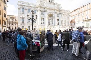"Raggi a Fontana di Trevi: ""Via le bancarelle"". Salvini: ""Ultima vergogna, caccia gli ambulanti"""
