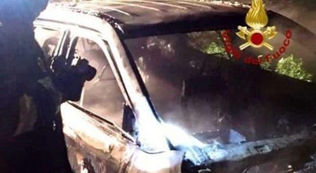 L'auto incendiata e l'intervento dei vigili del fuoco
