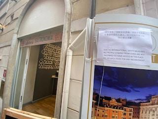 Coronavirus Roma, in un bar del centro un cartello che vieta l'ingresso ai turisti cinesi