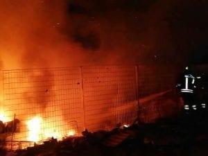 L'incendio di questa notte e i vigili del fuoco a lavoro (Foto pagina Facebook di 'Meridiana Notizie')