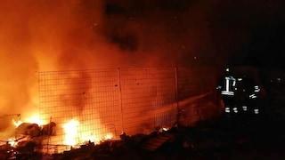 Campo rom di Castel Romano: vasto incendio in una discarica di 2000 metri quadri