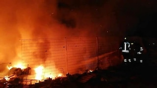 Castel Romano的罗马营地在平方米的垃圾掩埋场中大火