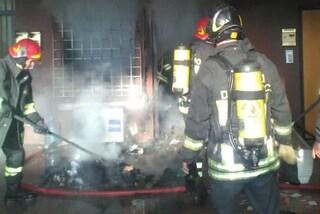 Roma, incendio in un appartamento a Cinecittà: residenti barricati in balcone