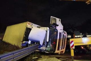 Roma, grave incidente in via Appia Nuova: camion si ribalta, guidatore positivo all'alcol test