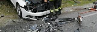 Si schianta con l'auto contro un palo della luce: morto un uomo di 66 anni