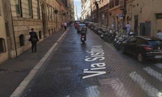 Roma, auto travolge e ferisce gravemente pedone: via Sistina chiusa per ore