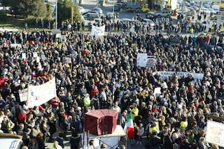 Rifiuti, in migliaia alla manifestazione contro la discarica a Monte Carnevale