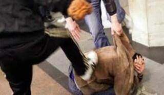 """Bulli assaltano un chiosco e picchiano il gestore: """"Non ci voleva regalare la birra"""""""