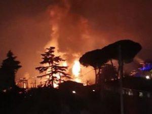 L'incendio che ha devastato i due capannoni di una ditta